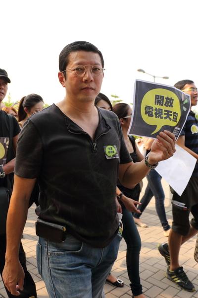 """10月15日,香港政府拒绝为""""不做央视""""的香港电视网络发放免费电视牌照,引发十几万港人大游行,数十名艺人参加集会力挺。图为香港艺人杨英伟。(蔡雯文/大纪元)"""