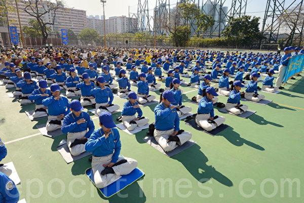 適逢九評九週年聲援一億五千萬人退出中共大遊行活動,香港法輪功學員1日早上在長沙灣集體大煉功。(宋祥龍/大紀元)