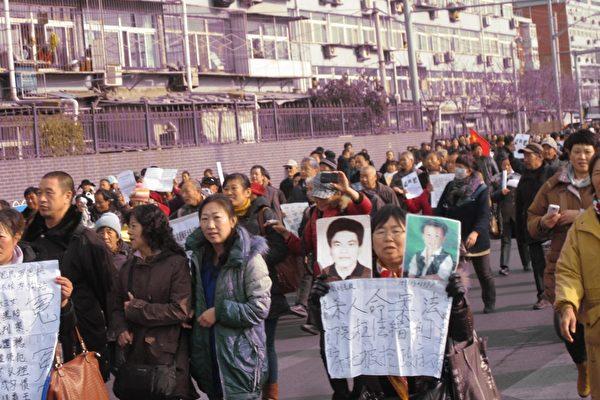 組圖:北京突發二千人遊行 警察攔截發生衝突