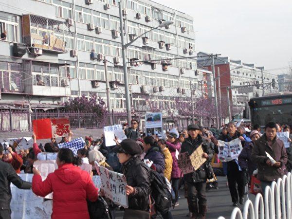 12月4日是中共所謂法制日,北京南站有2,000多訪民走上街頭遊行示威,冤民們拿著各種標語、橫幅,大家高呼口號。(知情者提供)