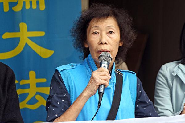 一批香港法輪功學員12月4日早上從遮打花園遊行到金鐘高等法院,聲援控告食環署。二位法輪功學員徐慧敏與洪瑞峰,先後於2013年4月23日及7月18日入稟香港高等法院,申請司法覆核,控告食環署及律政署對法輪功真相點非法侵擾,徐慧敏則強調法輪功學員一直很平和的講真相,為的是要揭露中共殘害法輪功的罪行,尤其是活摘器官這麼邪惡的罪行,她希望香港能繼續保有人權法治自由等核心價值。(潘在殊/大紀元)