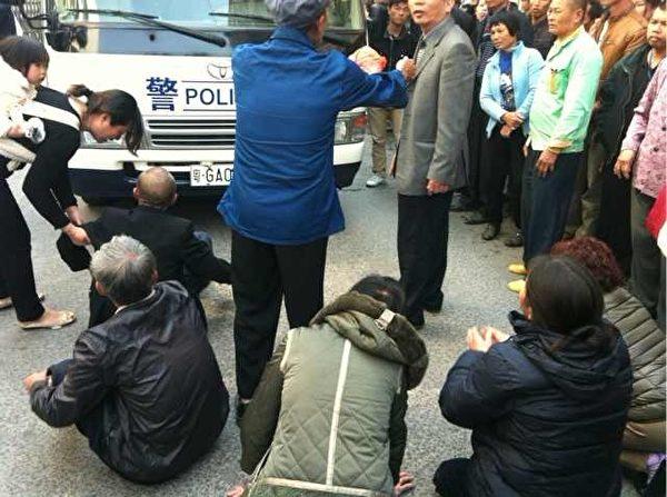 12月4日,廣東省湛江東海島東山鎮調青北園村朱惠來父子殺官案二審開庭,2,000多村民到場聲援,當局出動數百名持槍特警戒備。(知情者提供)