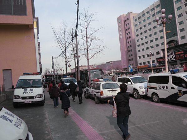 12月4日是中共所謂法制日,在京的各省訪民通過遊行、舉橫幅、喊口號等各種方式維權抗爭,表達對中共當局的不滿。圖為裝訪民的大公交車上。(知情者提供)