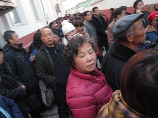 12月4日是中共所謂法制日,在京的各省訪民通過遊行、舉橫幅、喊口號等各種方式維權抗爭,表達對中共當局的不滿。圖為訪民在久敬莊。(知情者提供)