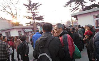 现场实拍北京两千人游行 警民对打推倒护栏