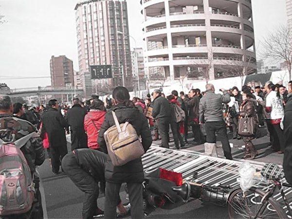 12月4日是中共所謂法制日,在京的各省訪民通過遊行、舉橫幅、喊口號等各種方式維權抗爭,表達對中共當局的不滿。(知情者提供)