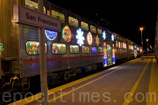 加州火车的假日列车用霓虹灯妆点得绚丽多彩。(曹景哲/大纪元)