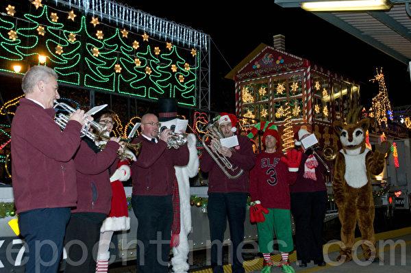 救世军的乐团在假日列车前演奏圣诞乐曲。(曹景哲/大纪元)