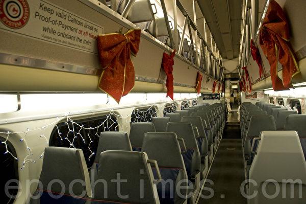 加州火车的假日列车内也妆点得充满节日气氛。(曹景哲/大纪元)