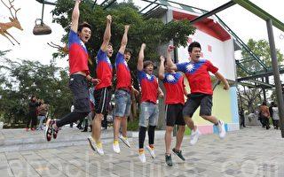 學生穿國旗裝 幾米廣場疊羅漢