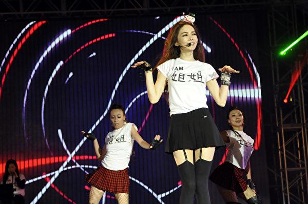 """台湾新北市12月7日举办""""乐夜耶诞演唱会"""",谢金燕献唱电音歌曲,引爆全场气氛。(新北市政府观光旅游局提供)"""