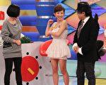 2013年12月1日臺灣臺北,郭書瑤在《康熙來了》舉起右手秀出結實二頭肌,現場眾人一陣驚呼。(中天提供)