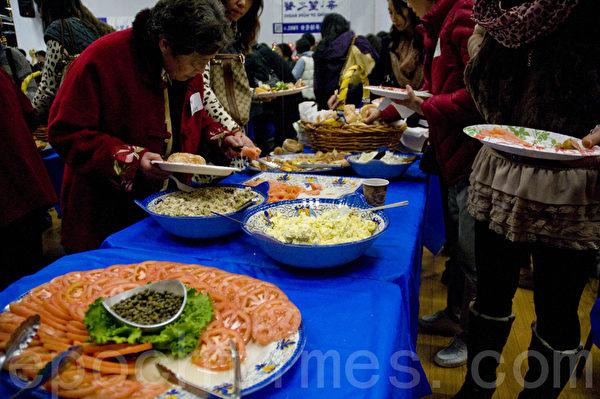 希望之声10周年台庆晚会为来宾准备了丰盛的晚餐。(曹景哲/大纪元)