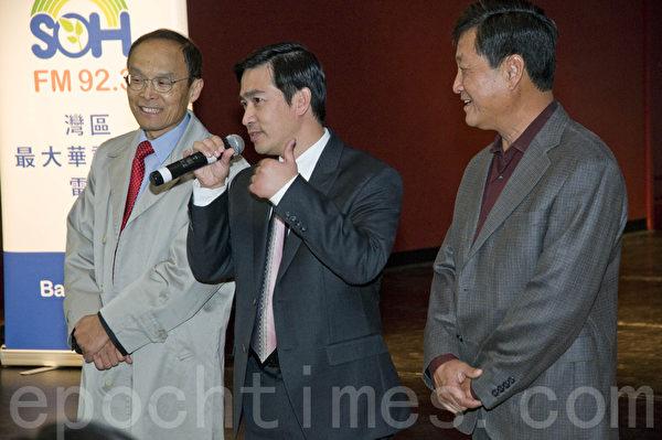 希望之声总裁曾勇(中)向来宾介绍主持人李进(左)和嘉宾许哥。(曹景哲/大纪元)