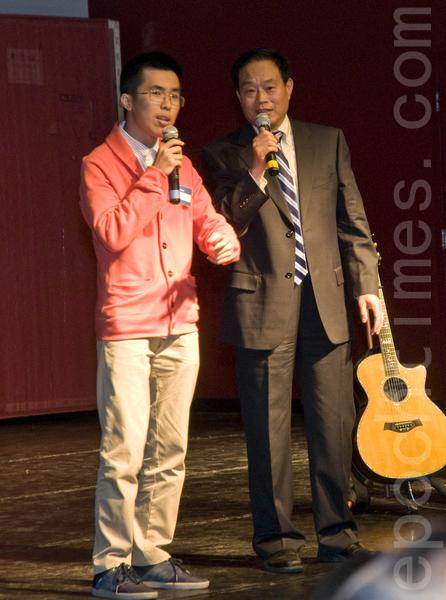 希望之声的的主持人在台庆晚会上表演相声。(曹景哲/大纪元)