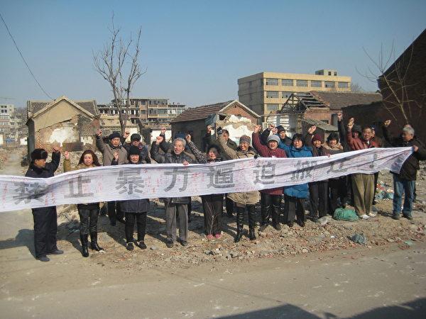 济南官扎营反对暴力拆迁集会(左四为作者,右一为倪文华)(作者提供)