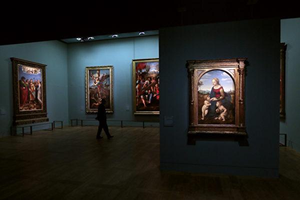 本图为法国罗浮宫于2012年,为意大利画家拉斐尔举行他的晚期画作特展。(JACQUES DEMARTHON/AFP/GettyImages)