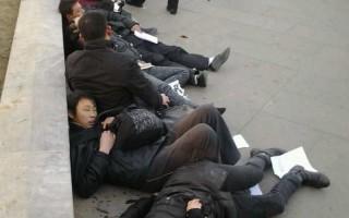 组图:北京前门12人集体自杀躺一地
