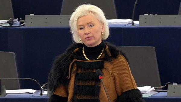 曾任爱沙尼亚外交部长的欧洲议会议员奥尤兰女士(Kristiina OJULAND)在辩论会上发言(欧洲议会网站提供)