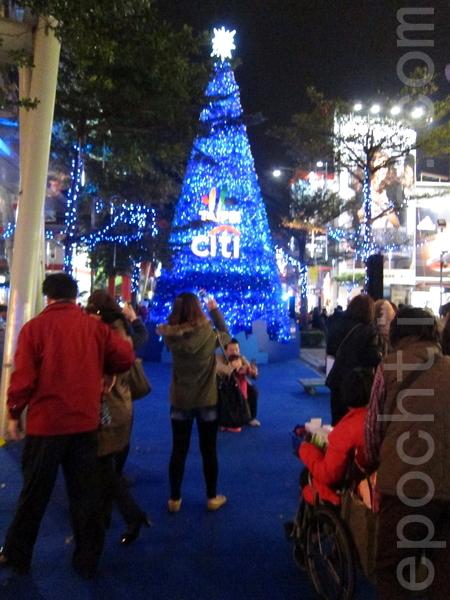 """""""2013台北国际圣诞城""""13日晚间登场,台北市信义商圈香堤大道融入国际5都著名地标与元素,吸引许多民众来感受浓浓耶诞气氛。(钟元/大纪元)"""