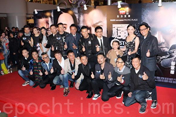 2013年12月16日《风暴》香港首映式,剧组合照。(蔡雯文/大纪元)