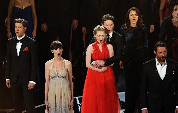 """2月24日,在奥斯卡颁奖礼上,《悲惨世界》的众主演们合唱《我曾有梦》,成为""""奥斯卡瞬间""""。(ROBYN BECK/AFP/Getty Images)"""