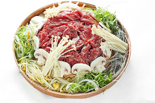 一人份「牛肉片火鍋」含粉絲、蘑菇、金針菇、蔥絲、豆芽和胡蘿卜的健康食材,邊烤邊涮,甜鮮味美。(攝影:張學慧/大紀元)