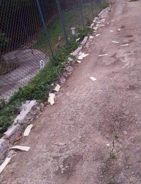 中共派人在林老师家门口撒阴纸,进行这类流氓黑帮式的死亡恐吓。(大纪元图片)