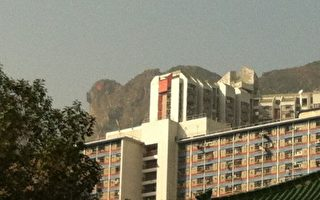 象徵香港精神的獅子山,12月22日下午2點00分,突然出現紅眼奇觀,兩次顯現了合共30分鐘才隱去,其景象和新唐人2006新年晚會上的舞劇《紅眼石獅》不謀而合。(大紀元)