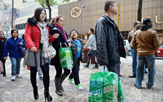 大陆客香港疯狂购物 奢侈转平实
