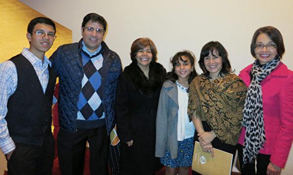 SC Latina杂志老板Giovanni Ovalle(左2)携带亲友前来观看12月23日神韵的首场演出。(林南宇/大纪元)