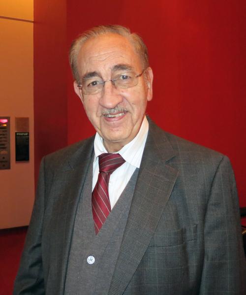 12月23日晚休斯顿病理学术研究所医疗主任Gonzalo Uribe-Botero在观看神韵演出后,感谢神韵再次莅临休斯顿。(林南宇/大纪元)