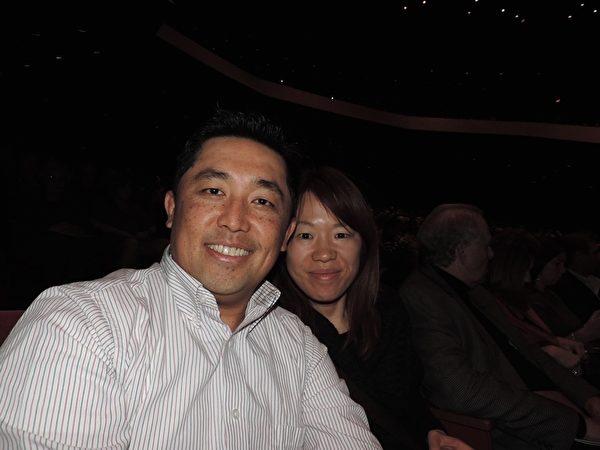 Grig 是一名华裔专业摄影师,他在休斯顿拥有自己的摄影工作室。他感慨神韵用色彩搭配发挥到了极致。(李宇微/大纪元)