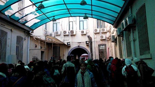 26日,湖北潛江市工商銀行下崗職員伍立娟路過天安門被警察查包,帶到天安門分局,裡面人擠人。(知情者提供)