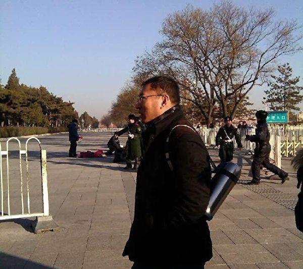 12月29日,有6位来自不同省份的访民在北京天安门广场西侧撒传单后,集体喝药自杀。(知情者提供)