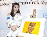 周麗淇於12月30日在香港出席「願望成真」慈善活動,並獲酒店展出共30件她精心描繪的畫作。(余鋼/大紀元)