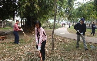 橋頭區五林國小,於28日舉行102年度校園綠美化親子活動,校長以身作則打掃環境。(林譽謙/大紀元)