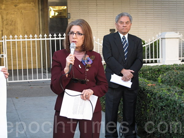 美國聯合國協會聖費爾南多分會副會長吉尼.哈費爾德(Ginny Hatfield)代表該組織對DAFOH的努力表示強力支持。(劉菲/大紀元)