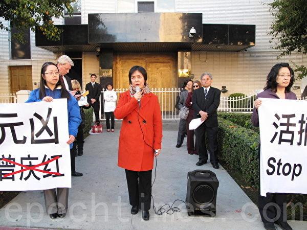 記錄片《自由中國》的女主角、曾經被關押在北京女子勞教所的曾錚回憶勞教所被體檢經歷。(劉菲/大紀元)