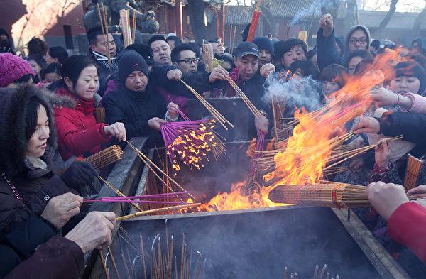 许多亚洲地区的民众有新年烧头炷香的习俗。图为2011年1月1日,北京雍和宫前来烧香的民众。(大纪元资料库)