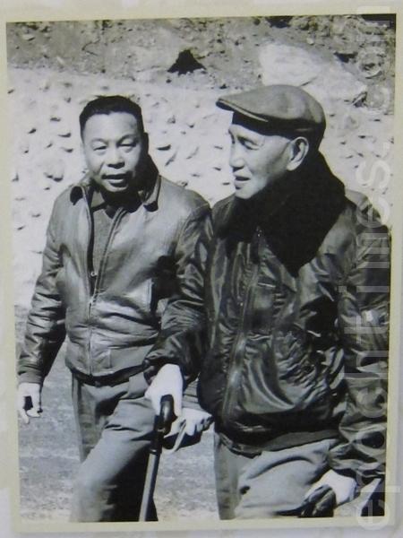 中华民国先总统蒋公与前总统蒋经国父子合照。(钟元翻摄/大纪元)