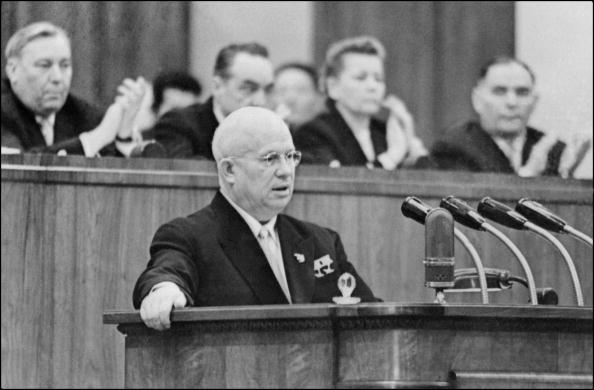 """1959年,苏共总书记赫鲁晓夫在苏共20大上指控斯大林为暴君,并主持苏共中央全面批判斯大林的罪行,为大清洗和""""古拉格""""的受害者平反。(AFP)"""