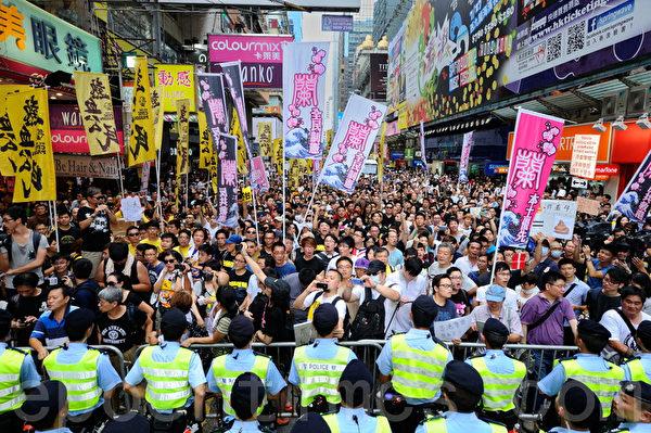 五个民间团体包括人民力量、热血公民和网民组织等,去年8月4日在香港旺角行人专用区集会,支持为法轮功仗义直言而被中共势力抹黑的林慧思老师,被大批警察用铁马阻拦。(宋祥龙/大纪元)