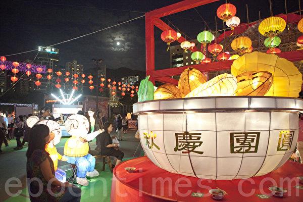 每年中秋佳节香港维多利亚公园都会举行盛大的灯会,吸引众多市民前来观赏,市民争相拍照记忆这难忘时刻。(余钢/大纪元)