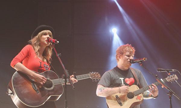 2013年11月1日,泰勒•斯威夫特(左)與艾德•希蘭在紐約演唱會上共歌。(Anna Webber/Getty Images for Atlantic Records)
