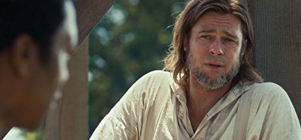 《为奴十二年》由布拉德•皮特担任监制、制片人并出演帮主人公重获自由的关键人物。(威视电影提供)