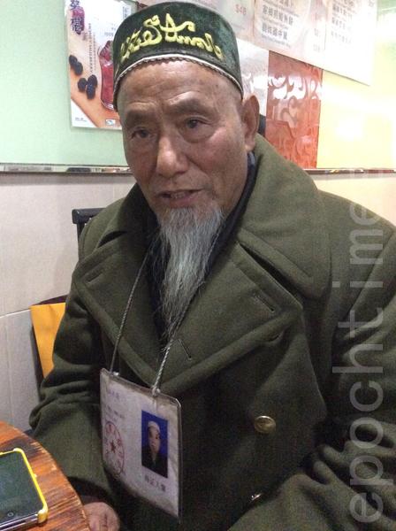 河南访民朱小富透露,2012年因为在尖沙咀天星码头真相点,和退党义工攀谈,并取阅《九评共产党》一书,怀疑被中共特务盯梢,当天进罗湖海关的时候,就被关押长达3天。
