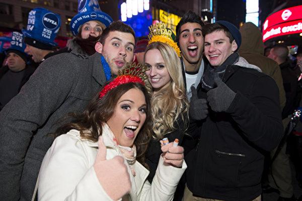 紐約時代廣場百萬人觀水晶球降落,迎接2014年到來。(戴兵/大紀元)