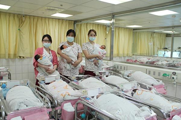 2014年的第一天,桃園最具規模的宏其婦幼醫院在新年誕生了10位寶寶(4位男寶寶,6位女寶寶)。其中7位是自然生產,3位是剖腹生產,趕在新年的第一天與國人共享新年新希望的喜悅(徐乃義/大紀元)