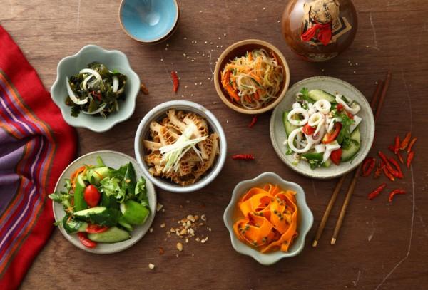 涼拌菜-雲南人嗜吃涼拌菜,只要家中常備幾種醬料,隨時都能變出香辣爽口的涼拌菜來。。(本事文化)